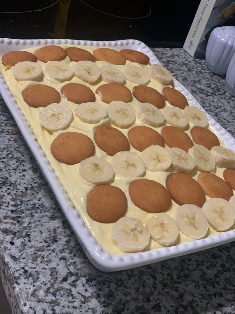 """Paula Deen's """"Not Yo' Mama's Banana Pudding"""" - 99easyrecipes"""